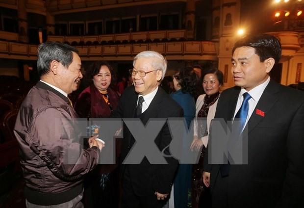 越南党和国家领导人出席河内市历届国会代表见面会 hinh anh 1