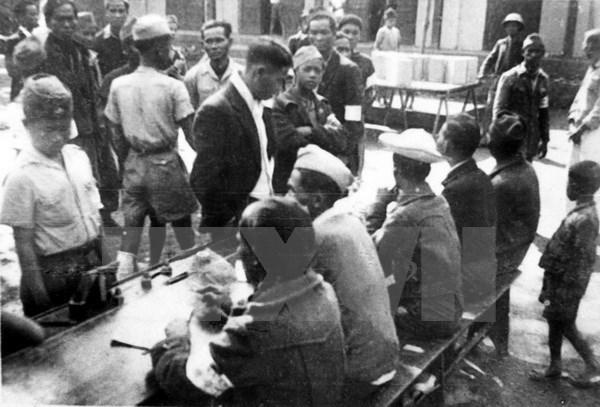 """""""越南国会70周年""""资料图书展展出国会相关资料1000个 hinh anh 1"""
