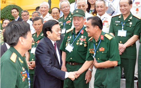 越南给革命有功者赠送2016年丙申春节的礼物 hinh anh 1