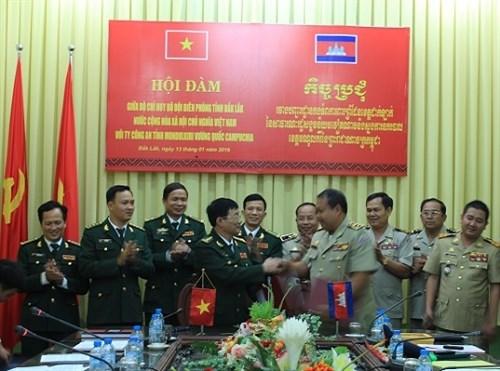 越南得乐省边防部队与柬埔寨盟多基里省公安司举行会谈 hinh anh 1