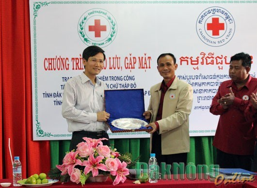 越南得农省和柬埔寨蒙多基里省红十字会进行经验交流 hinh anh 1