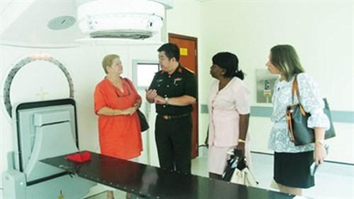 越南与古巴军医加强癌症治疗领域合作 hinh anh 1