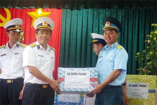 海军第四区工作团向南谒岛官兵赠送春节礼物 hinh anh 1