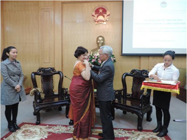 越南向印度驻越大使授予纪念章 hinh anh 1