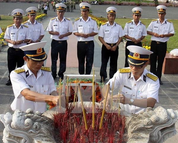 越南巴地头顿省昆仑岛举行隆重仪式缅怀各位英雄烈士 hinh anh 1