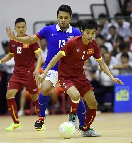 五人制足球友谊赛:越南队5比4力擒马来西亚队 hinh anh 1