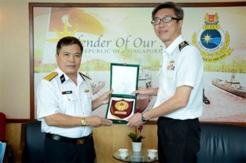 越南海军副参谋长拜会新加坡海军领导 hinh anh 1