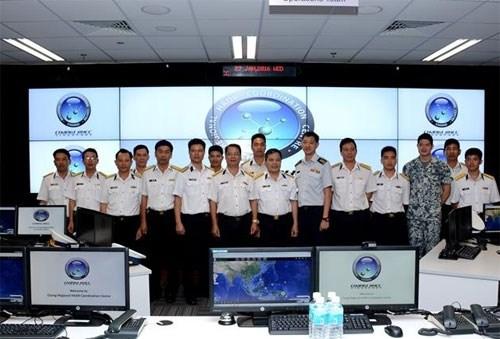 越南海军军种工作代表团访问新加坡国际航海安全信息共享中心 hinh anh 1