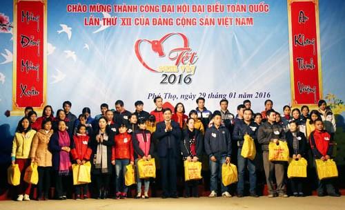 """全国各省市为工人和劳动者举行""""春节共团圆""""活动 hinh anh 1"""