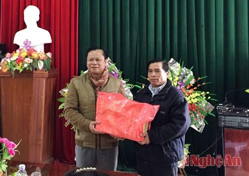 老挝若干地方代表团向越南宜安省各地拜年 hinh anh 1