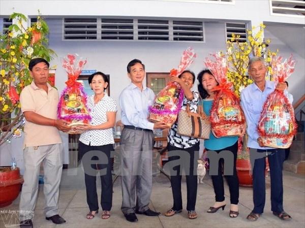 越南驻柬埔寨大使馆走访慰问旅柬越桥 送上新春祝福 hinh anh 1