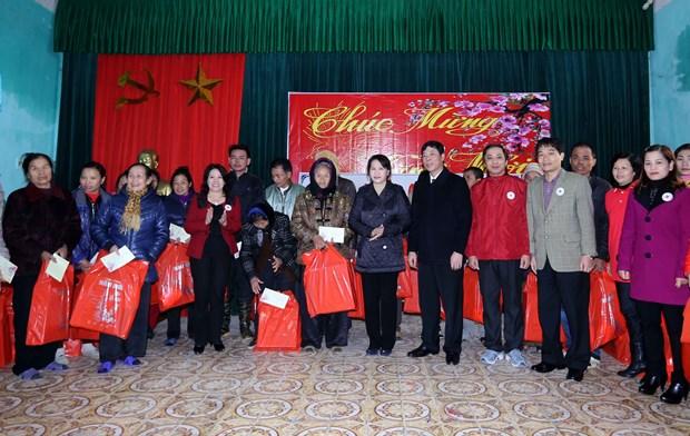 越南党和国家领导人春节前慰问优抚、特困家庭 hinh anh 1