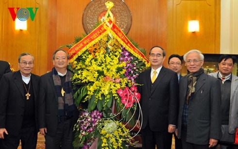 越南祖国阵线中央委员会主席阮善仁会见越南天主教主教团主席 hinh anh 1
