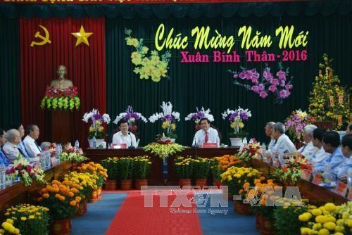 张晋创主席向隆安、同塔省党部、政府和人民拜年 hinh anh 2
