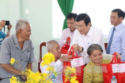 张晋创主席向隆安、同塔省党部、政府和人民拜年 hinh anh 3