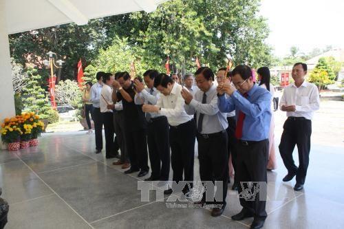张晋创主席向隆安、同塔省党部、政府和人民拜年 hinh anh 5