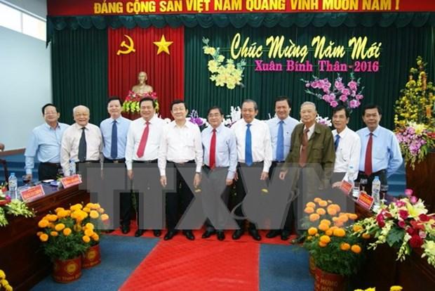 张晋创主席向隆安、同塔省党部、政府和人民拜年 hinh anh 1