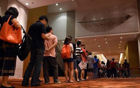 新加坡人在新年存款以求好运吉祥 hinh anh 1