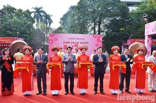 河内市首次举办春节书街 hinh anh 1