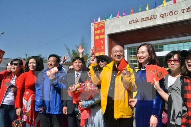 春节假期广宁省芒街口岸出入境旅客猛增 hinh anh 1