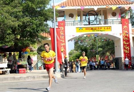 近350名运动员参加2016年平顺省邪句登山公开赛 hinh anh 1