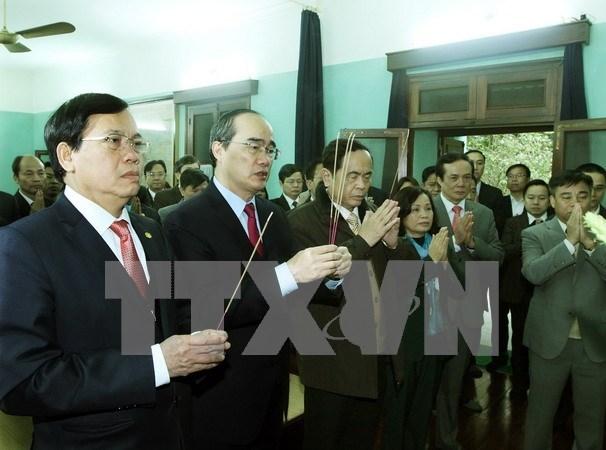 越南祖国阵线中央委员会主席阮善仁敬香缅怀胡伯伯 hinh anh 1