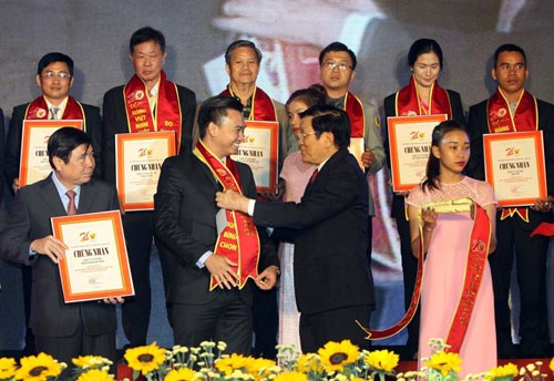 """越南国家主席向500家企业颁发""""越南优质产品""""证书 hinh anh 1"""