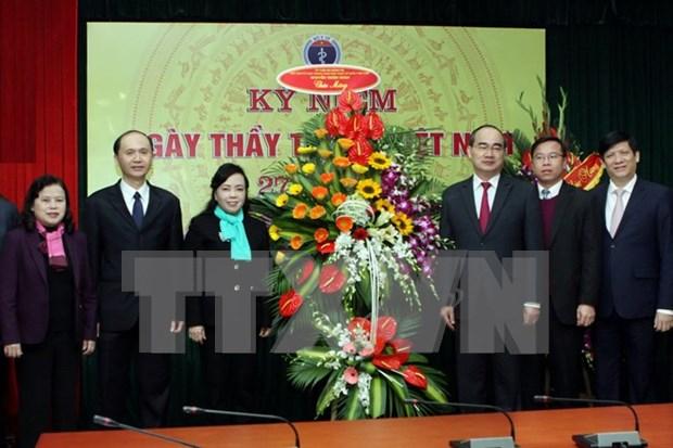 越南党和国家领导向越南医生和医务人员队伍致以节日祝贺 hinh anh 1