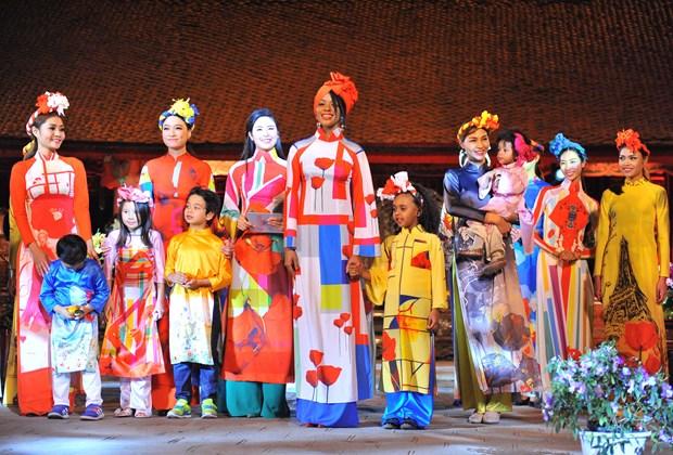 2016年越南长衣文化节 诠释越南女性之美 hinh anh 1
