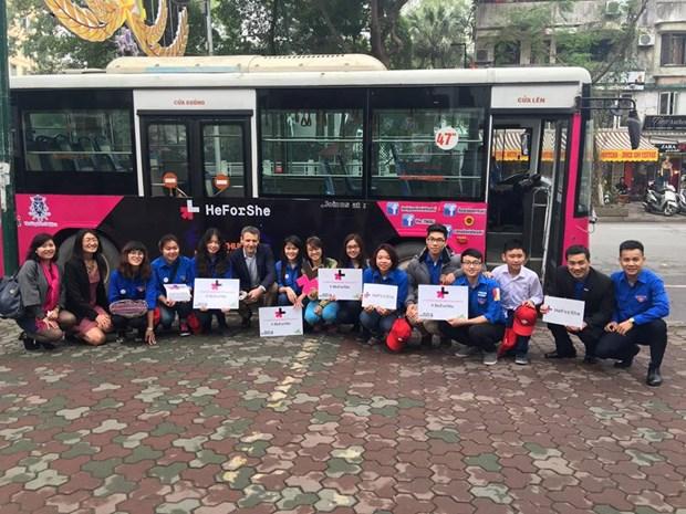 """""""青年促进男女平等""""公交宣传活动在河内市举行 hinh anh 2"""
