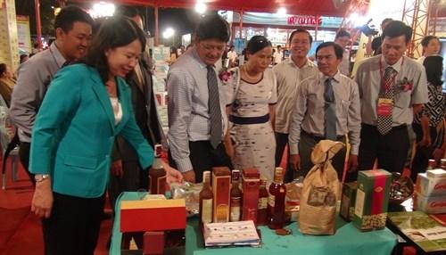 2016年越南优质产品展在安江省开幕 hinh anh 1