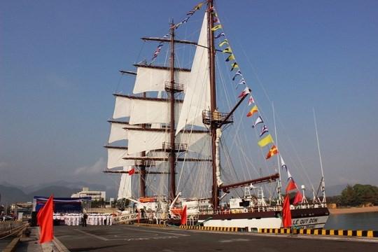 越南海军黎贵惇286号帆船升旗仪式在庆和省举行 hinh anh 1
