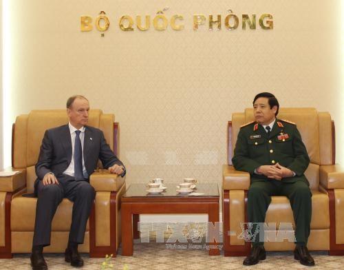 越南国防部长冯光青会见俄罗斯客人 hinh anh 1