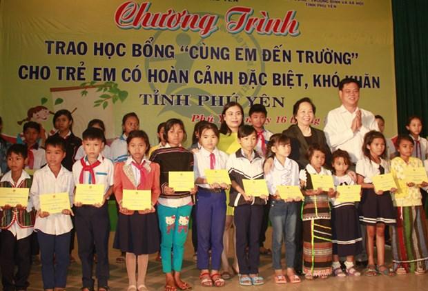 越南国家副主席阮氏缘向富安省特困学生颁发助学金 hinh anh 1