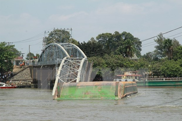 越南同奈省一座大桥被驳船撞断 铁路运输被中断 hinh anh 1