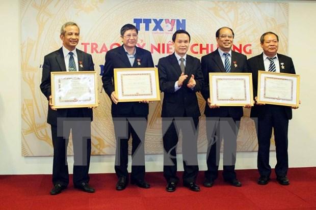 """越通社领导人向越南劳动总联合会领导授予""""致力于通讯社事业纪念章"""" hinh anh 1"""