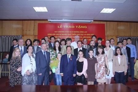 越南友好组织联合会主席荣获俄莫斯科法律经济学院荣誉奖章 hinh anh 1