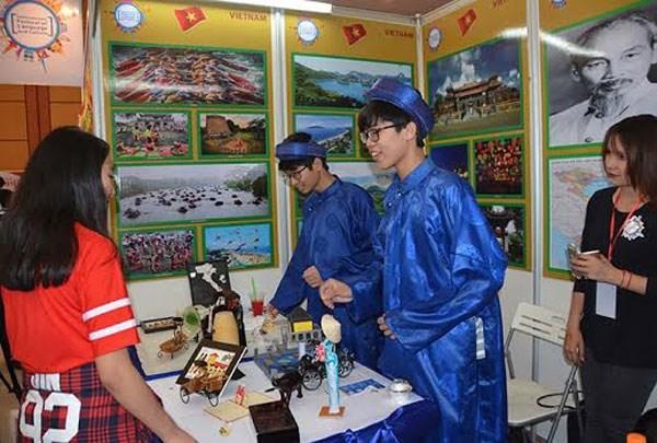 越南学生参加在柬埔寨举行的国际文化节 hinh anh 1