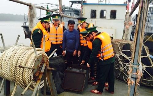海防市扣留一艘侵犯了越南海上主权的中国船只 hinh anh 1