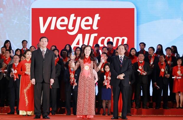 越捷航空公司荣获最受欢迎航空公司奖及越南品牌100强奖 hinh anh 1
