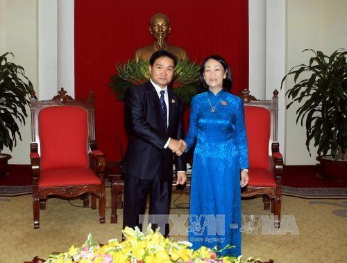 越共中央民运部部长会见老挝人民革命青年团代表团 hinh anh 1