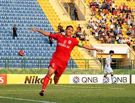 亚冠:越南平阳Becamex主场3比2击败韩国全北现代 hinh anh 1