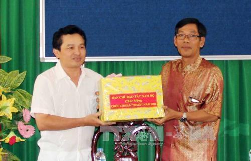 越南西南部地区事务指导委员会向茶荣省高棉族同胞致以传统新年祝福 hinh anh 1