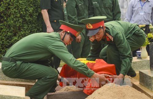 奠边省为27名在老挝牺牲的越南志愿军烈士举行追悼会 hinh anh 1