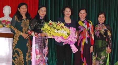 越南国会主席阮氏金银会见槟椥省历届女性干部代表 hinh anh 1