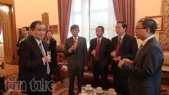 老挝政府副总理宋沙瓦-凌沙瓦走访河内-莫斯科综合楼 hinh anh 2