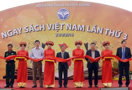 越南信息与传媒部举行2016年越南读书日活动 hinh anh 1