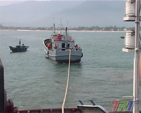 越南成功解救在承天顺化省海域遇险的一艘中国渔船 hinh anh 1