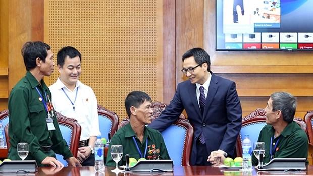 越南政府副总理武德儋会见宜安与河静两省重残军人代表团 hinh anh 1