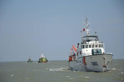 越南海警力量查获一起非法油品交易案 hinh anh 1